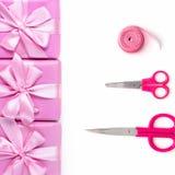 Rzędy pudełka sześć z prezent dekoraci łęku tasiemkowymi atłasowymi nożycami różowią A odgórnego widok nieatutowego mieszkanie fotografia stock