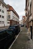 Rzędy samochody parkujący przy półmrokiem w Francuskim sąsiedztwie Fotografia Royalty Free