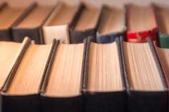 Rzędy stare książki na półce, żadny etykietki Obrazy Royalty Free