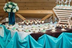 Rzędy urodzinowa babeczka z masła białym i błękitnym kremowym lodowaceniem na drewnianym stojaku zdjęcia stock