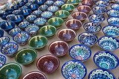 Rzędy uzbek filiżanki z tradycyjnym Uzbekistan ornamentem, Bukhara Obraz Stock