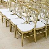 Rzędy złociści krzesła - spotkania tło Obraz Stock