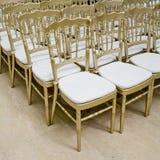 Rzędy złociści krzesła - spotkania tło Obraz Royalty Free