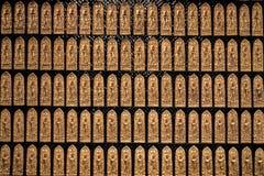 Rzędy złote Buddha statuy na ścianie, Złoty Buddha Chińskiego stylu wzoru rząd dla tła fotografia stock