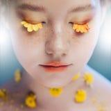 Rzęsy jak płatki kwiaty Piękna młoda dziewczyna w wizerunku flory, zakończenie portret zdjęcia stock