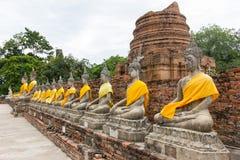 Rząd Buddha statua przy Watem Yai Chaimongkol, Ayutthaya - Zdjęcia Royalty Free