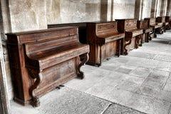Rząd rocznika Pionowy pianino w Starej Muzycznej szkole Zdjęcie Stock