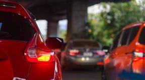 Rz?d samochody na z?ym ruchu drogowym - ruch?w drogowych d?emy w Bangkok mie?cie zdjęcie royalty free