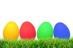Rząd Wielkanocni jajka na trawie z bielem Obrazy Royalty Free