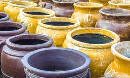 Rzędy kolorowego obierania ceramiczni dzbanki zdjęcie royalty free