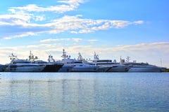 Rzędy luksusowi jachty przy marina dokiem Zdjęcie Royalty Free