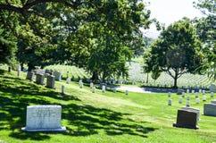 Rzędy nagrobki przy Arlington Krajowym cmentarzem Fotografia Stock