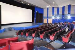 Rzędy siedzenia i ekran w Neva kinie Zdjęcia Stock