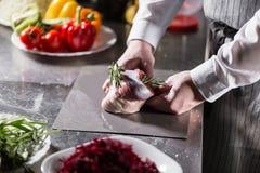 Rzadcy baranki przygotowywający dla marynaty z rozmarynami Gotować z ogieniem w smażyć nieckę Fachowy szef kuchni w kuchni Zdjęcia Royalty Free