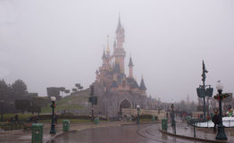 Rzadcy goście chodzą w Disneyland Paryż w ciężkim śniegu Zdjęcie Royalty Free