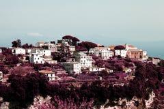 Rzadki widok piękna wioska na górze lasowego wzgórza w Ravello, Włochy w koloru infrared Fotografia Royalty Free