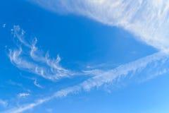 Rzadkie chmury w niebieskie niebo ranku tle na chmury Zdjęcie Royalty Free