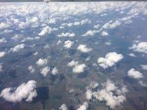 Rzadkie puszyste chmury od above Zdjęcia Royalty Free