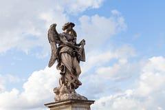 Rzeźba przeciw niebieskiemu niebu obrazy royalty free