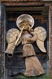 Rzeźba anioła podmuchowy złocisty róg antyczny zdjęcie stock