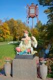 Rzeźba Chiński mężczyzna na Dużym chińczyka mosta zbliżeniu Jesień w Tsarskoye Selo Zdjęcia Stock