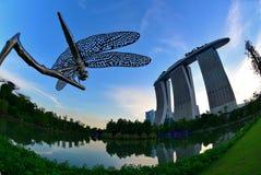 Rzeźba dragonfly przy ogródami zatoką zdjęcia royalty free