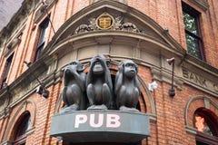 Rzeźba drzewo małpuje z różnymi twarzami, Żadny Mówi, Żadny Widzii, Żadny Słucha na bramie pub w Sydney obraz stock