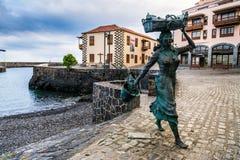 Rzeźba fishwife w połowu porcie w Puerto De La Cruz, Hiszpania Zdjęcie Royalty Free