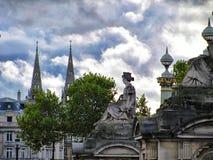 Rzeźba kobiety obsiadanie w Paryż zdjęcie royalty free