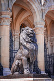 Rzeźba lew blisko parlamentu budynku w Budapest zdjęcia royalty free