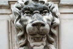 Rzeźba lew głowa na marmurowym ściennym zakończeniu zdjęcia stock