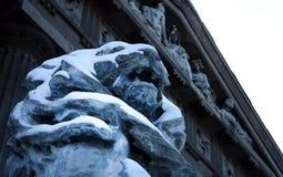 Rzeźba lew pod śniegiem obraz royalty free