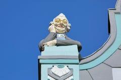 Rzeźba mężczyzna patrzeje przez lorgnette w Tallinn, Estonia Fotografia Royalty Free