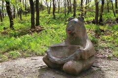 Rzeźba niedźwiedź z łamanym pucharem w Pyatigorsk obraz stock