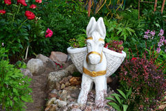 Rzeźba osioł Kosz kwiaty Obrazy Royalty Free