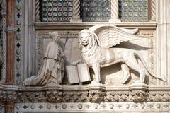 rzeźba oskrzydlony lew heraldyczny symbol miasto Wenecja w Włochy Obraz Stock