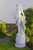 Rzeźba piękna dziewczyny pozycja w jardzie Zdjęcia Royalty Free