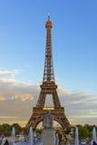 Rzeźba przed wieżą eifla obraz royalty free