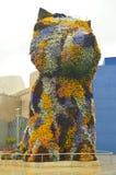 Rzeźba Puppi Pakujący Z kwiatami I Kolorowy Jest W wejściu Guggenheim muzeum Swój twórca Był Jeff Coons Sztuki mostownica obrazy stock