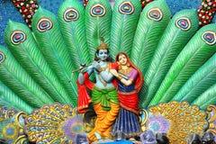 Rzeźba Radha Krishna i paw upierza podczas Dahi Handi festiwalu obrazy royalty free