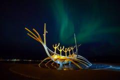 Rzeźba słońca Voyager w Reykjavik, Iceland z zorzą zdjęcia royalty free