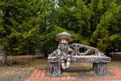 Rzeźba storybook charakter od dziecko bajek starego człowieka treefolk Fantastyczna rzeźba w naturalnym parku obraz royalty free