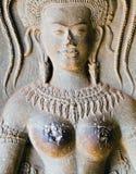 rzeźba tanczy seksownej boobs dziewczyny przy Angkor watem apsara zdjęcia royalty free
