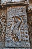 Rzeźba władyka Krishna jako Govardhan Girdhari, zachodniej strony ściana, Hoysaleshwara świątynia, Halebidu, Karnataka zdjęcia royalty free