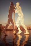 Rzeźba w bomblowanie rzece w Berlin fotografia stock