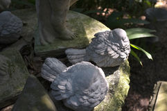 Rzeźba zakrywająca z mech w ogródzie zdjęcie royalty free