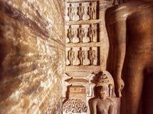 Rzeźbiąca architektura India Figurs Jainism wśrodku 7th wiek jamy świątyni w grodzkim Badami, India zdjęcie royalty free