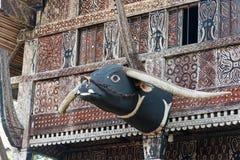 Rzeźbiąca bizon głowy dekoracja na Tongkonan tradycyjnym domu Zdjęcie Royalty Free