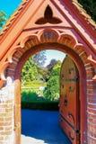 Rzeźbiąca drewniana ogrodowa brama w Christchurch ogródzie botanicznym Obrazy Royalty Free