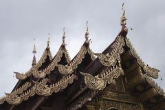 Rzeźbiący dachu szczegół przy Watem Saen Muang Ma Luang fotografia stock
